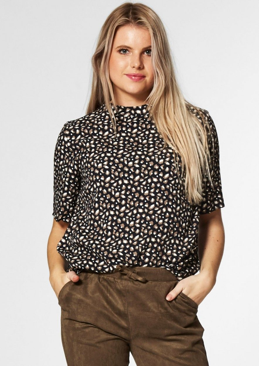 Dolly Zwarte Top met All-Over Luipaardprint